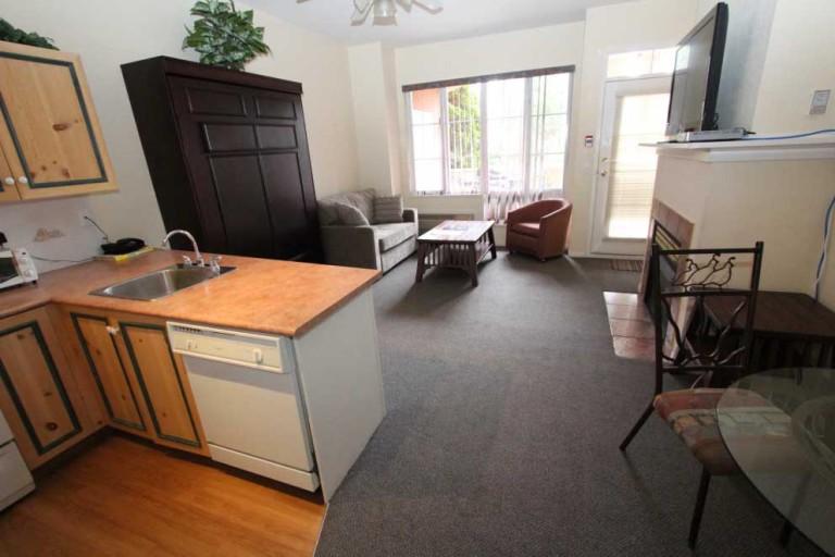 105-kelowna-studio-bachelor-vacation-rentals-golf-resort-kitchen