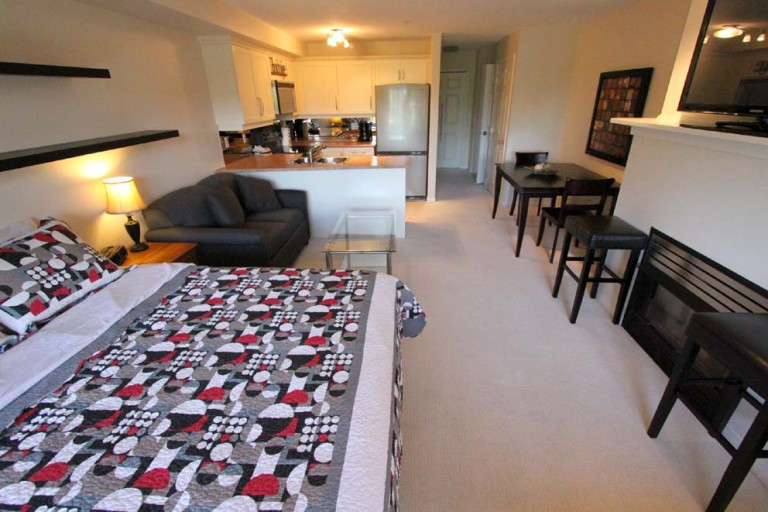 206a-kelowna-golf-resort-condo-1-2-bedroom-vacation-rentals-borgata-lodge-bachelor