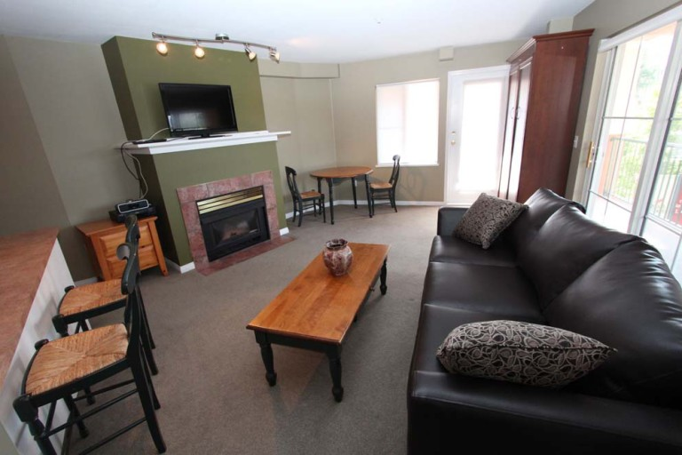 212-borgata-kelowna-vacation-holiday-rentals-living-2