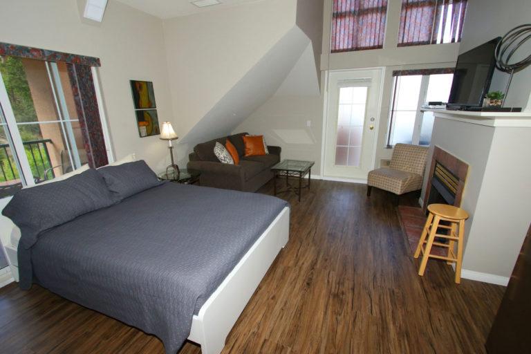 314-b-borgata-lodge-kelowna-2-bedroom-vacation-rental-master-bedroom