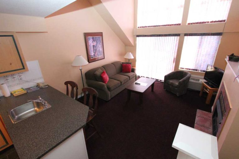 kelowna-1-bedroom-vacation-holiday-rentals-resort-lodging-accommodation-view-livingroom