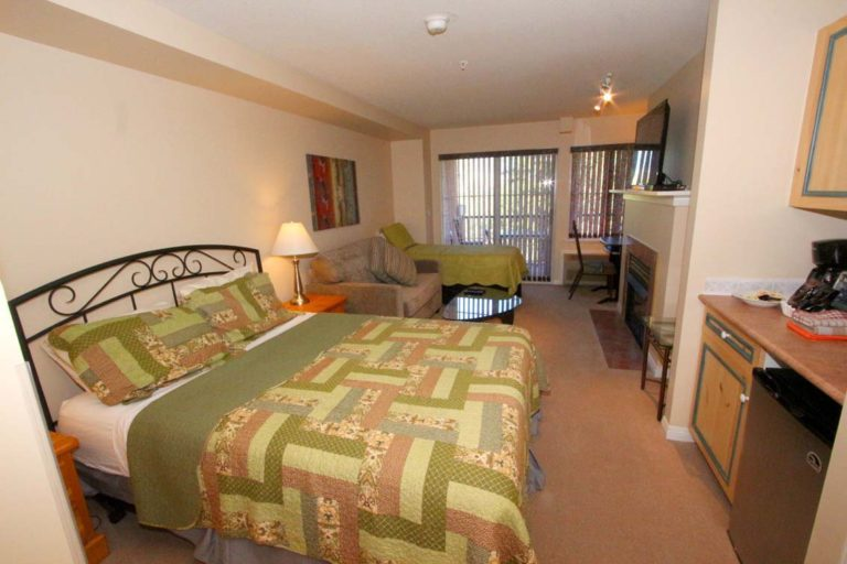 kelowna-bc-studio-vacation-rental-borgata-lodge-202-b-living-room