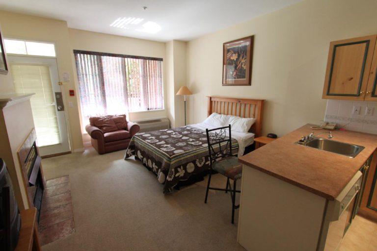 kelowna-studio-bachelor-rental-golf-resort-accommodation-lodging