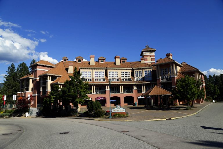 borgata-lodge-resort-kelowna-hotel-front