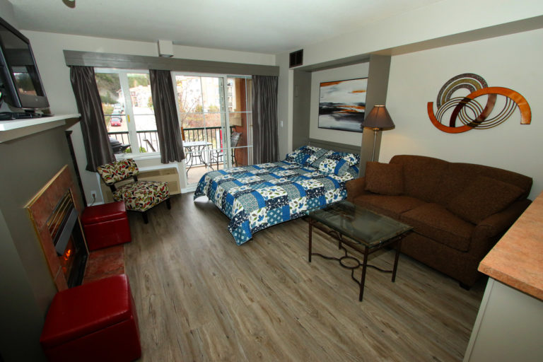 kelowna-studio-bachelor-vacation-holiday-rental-accommodation-borgata-lodge-211-a